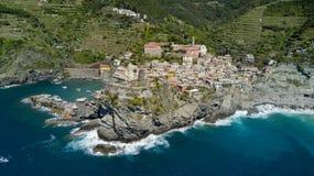 Luftfotoschießen mit Brummen auf Vernazza eins des berühmten Cinqueterre Stockfotos