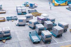 Luftfrachtbehälter bereit, an internationalem Flughafen Noi Bais in Hanoi, Vietnam geliefert zu werden stockbild