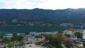 Luftgesamtlänge von Kotor-Bucht in Montenegro, in der Straße, im Ozean und im Bergblick stock footage