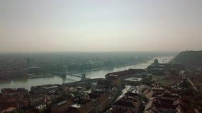 Luftgesamtlänge Budapest von einem Brummen zeigt Gesamtlänge von Elisabeth Bridge, von Buda Castle Royal Palace und von Szechenyi stock video footage