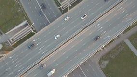 Luftgesamtlänge der Landstraße mit Autos und LKWs stock footage