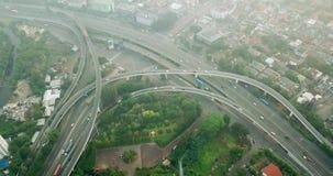 Luftgesamtlänge der Landstraßenkreuzung in Jakarta stock footage