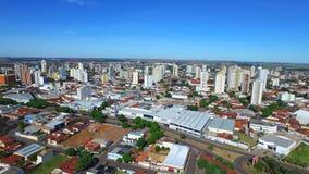 Luftgesamtlänge der Stadt von Aracatuba im Staat von Sao Paulo, Brasilien Juli 2016 stock video