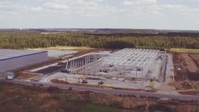 Luftgesamtlänge des Errichtens des neuen großen Industriegeländes stock video