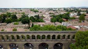 Luftgesamtlänge des historischen Aquädukts des Heiligen-Clément und des Mittelmeerstadtpanoramas stock footage
