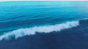 Luftgesamtlänge des schönen Ozeanstrandes mit blauem Wasser, der ehrfürchtige rosa Himmel, schäumend bewegt auf Bali 4K wellenart stock video footage