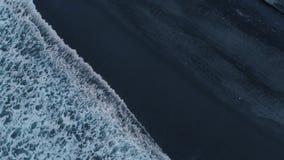 Luftgesamtlänge des schönen Ozeanstrandes mit schwarzem Sand, Schwarzes und Azurblau wässern und schlagen das Schäumen, wellenart stock video