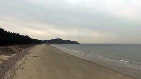 Luftgesamtlänge des Strandes genommen an der niedrigen Höhe stock video