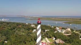 Luftgesamtlänge in 4k des Fliegens um St- Augustineleuchtturm mit dem Strand und der Löwebrücke auf dem Hintergrund stock video footage