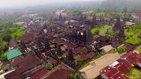 Luftgesamtlänge und Brummenvideo von Besakih-Tempel auf Bali-Insel stock footage