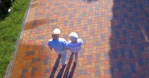 Luftgesamtlänge von den älteren Paaren, die draußen in Park gehen stock video footage