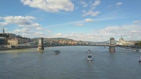 Luftgesamtlänge von einem Brummen zeigt historischen Buda Castle nahe der Donau auf Schloss-Hügel in Budapest, Ungarn stock footage