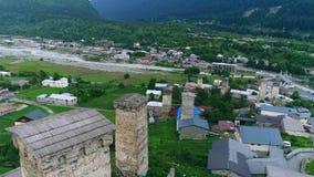 Luftgesamtlänge von Svaneti-Türmen, Mestia stock footage