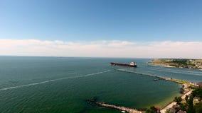 LuftgesamtlängenFrachtschiff in dem Meer, das Hafen verlässt stock video
