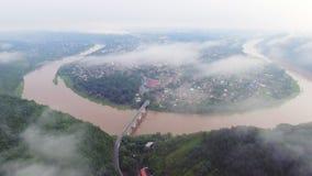 Luftgesamtlängenvideo von Zaleschiki, Ternopil-Region, Ukraine Panoramablick am nebeligen Morgen Sonnenaufgangzeit flugwesen stock footage