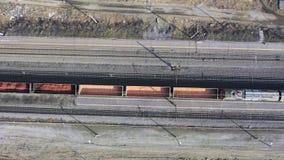 Luftgesamtl?nge Video des Zugs und der Bahngleise Ansicht von der Spitze des beweglichen Zugs stock video