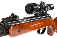 Luftgewehr mit einem Zielfernrohr und einem hölzernen Kolben Stockfotos