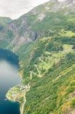 Luftgroßaufnahme einer Zickzackkurvenreichen straße, die oben eine steile Steigung nahe Geiranger, Norwegen geht Lizenzfreies Stockbild