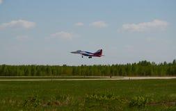 Luftgruppen-Kunstfliegen ` Strizhi-` des Jet MiG-29 kommt zur Landung Stockbild