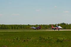 Luftgruppen-Kunstfliegen ` Strizhi-` des Jet MiG-29 steht auf der Rollbahn des Flughafens Stockfotos