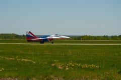 Luftgruppen-Kunstfliegen ` Strizhi-` des Jet MiG-29 steht auf der Rollbahn des Flughafens Lizenzfreies Stockbild