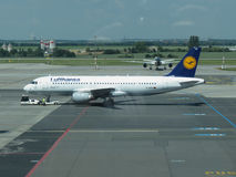 Lufthans Airbus A320-200 em Praga Foto de Stock Royalty Free