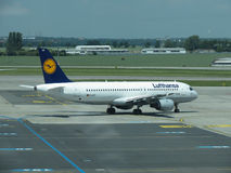 Lufthans Airbus A320-200 em Praga Imagens de Stock Royalty Free