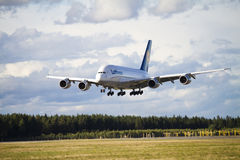 Lufthansa A380 que aterriza 2 Imagen de archivo libre de regalías