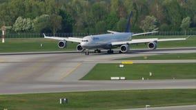 Lufthansa acepilla con cuatro motores que hacen el taxi en Munich