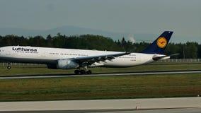 Lufthansa acepilla el aterrizaje en el aeropuerto de Francfort, FRA almacen de metraje de vídeo