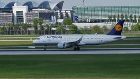 Lufthansa acepilla el aterrizaje en el aeropuerto de Munich, MUC almacen de video