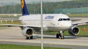 Lufthansa acepilla el carreteo en el aeropuerto de Francfort, FRA almacen de metraje de vídeo