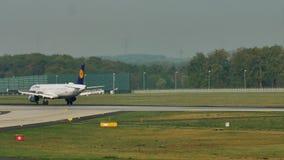 Lufthansa acepilla el carreteo en el aeropuerto de Francfort, FRA metrajes