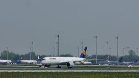 Lufthansa acepilla el carreteo en el aeropuerto de Munich, nieve