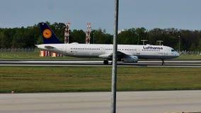 Lufthansa acepilla el carreteo en la pista, Francfort, FRA