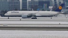 Lufthansa acepilla el carreteo en nieve, opinión del primer almacen de video