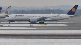 Lufthansa acepilla el carreteo en nieve, opinión del primer almacen de metraje de vídeo