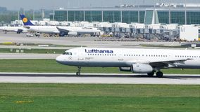 Lufthansa acepilla el lanzamiento del aeropuerto de Munich, MUC almacen de video