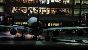 Lufthansa acepilla en la puerta terminal, opinión de la noche, Munich almacen de video