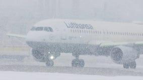 Lufthansa acepilla en las nevadas fuertes, visibilidad baja metrajes