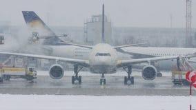 Lufthansa acepilla en las nevadas fuertes, visibilidad baja almacen de video