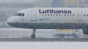 Lufthansa acepilla en las nevadas fuertes, visibilidad baja, opinión del primer metrajes