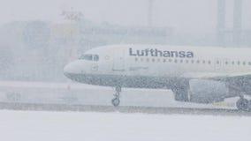 Lufthansa acepilla en las nevadas fuertes, visibilidad baja, opinión del primer almacen de video