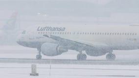 Lufthansa acepilla en las nevadas fuertes, visibilidad baja, opinión del primer almacen de metraje de vídeo