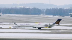 Lufthansa acepilla en las puertas terminales, aeropuerto de Munich almacen de metraje de vídeo