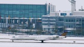 Lufthansa acepilla en las puertas terminales, aeropuerto de Munich almacen de video