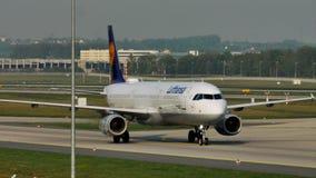 Lufthansa acepilla haciendo el taxi en el aeropuerto de Francfort, FRA almacen de video