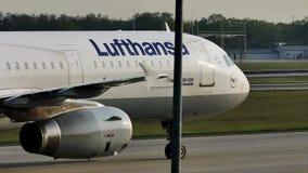 Lufthansa acepilla haciendo el taxi en el aeropuerto de Francfort, FRA metrajes