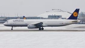 Lufthansa acepilla haciendo el taxi en el aeropuerto de Munich en invierno