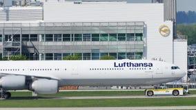 Lufthansa acepilla haciendo el taxi en el aeropuerto de Munich, MUC almacen de video